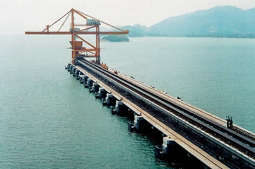 Crane with igus® energy chain for long travels