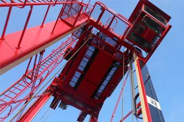 Straddle carrier with igus® e-chains® and chainflex® cables